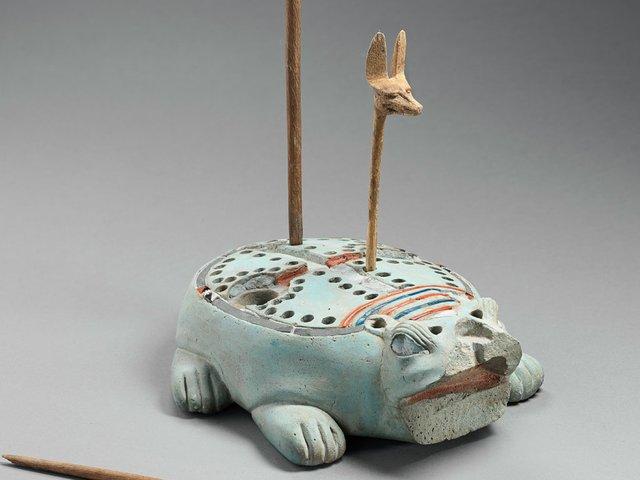 tablero-de-juego-en-forma-de-hipopotamo-y-tres-fichas-con-cabeza-de-canido-para-el-juego-de-los-58-agujeros-fayenza-silicea.jpg