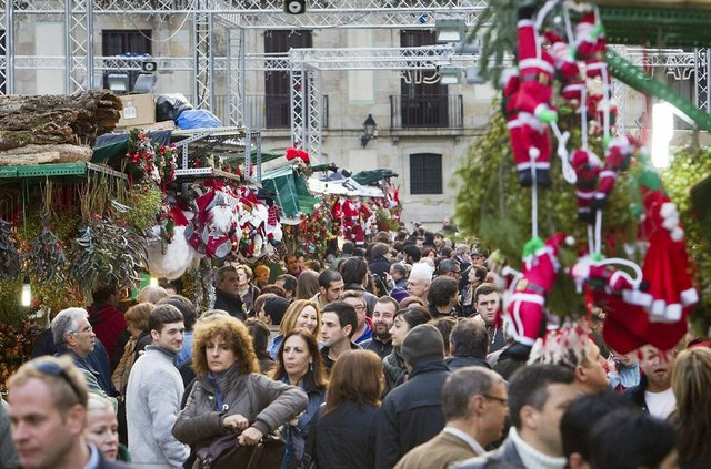Santa-Llucia-placa-Catedral-Barcelona_1483661757_4107794_1233x823.jpg