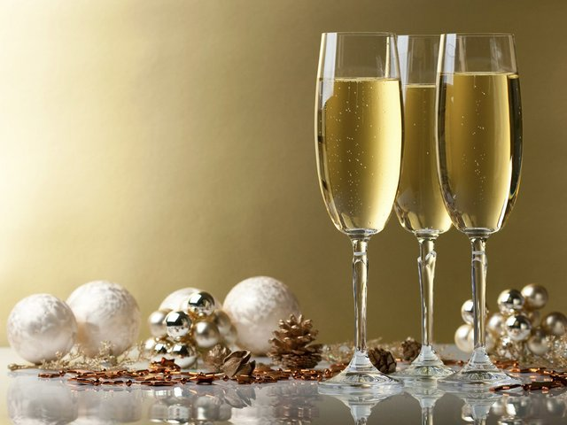 iStock_000010548867_Christmas-drinks_0.jpg