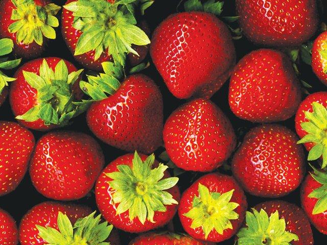 Strawberries_with_hulls_-_scan.jpg