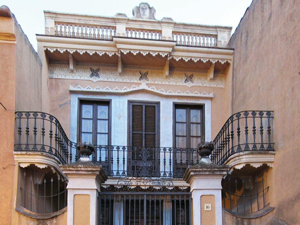 Follow the palm trees barcelona - Casa luthier barcelona ...