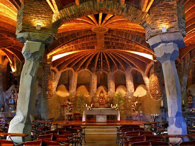 Cripta_de_la_Colònia_Güell_(Santa_Coloma_de_Cervelló)By-ferran-pestaña-(Flickr-Gaudí---Cripta-Güell-02)-[CC-BY-SA-2.0-(httpscreativecommons.orglicensesby-sa2.0)],-via-Wikimedia-Commons.jpg