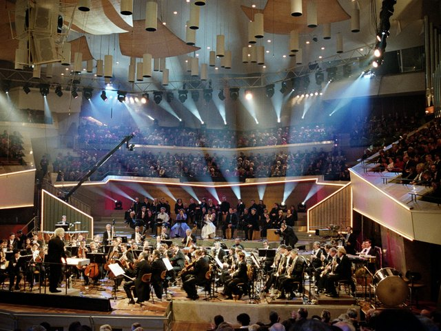 sir-simon-rattle-conducts-bernstein-wonderful-town-2002-new-year-eve-concert_d.jpg