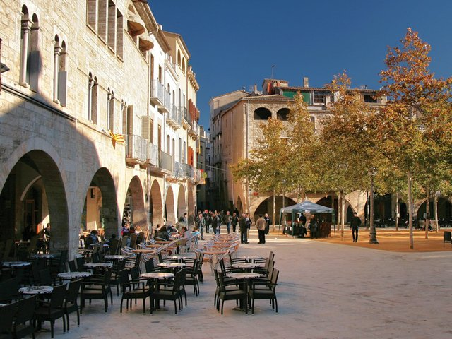 Plaça_major_de_Banyoles.jpg