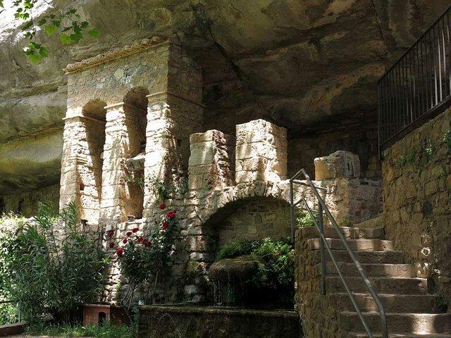 Sant_Miquel_del_Fai,_campanar_d'espadanya-Enric-from-Wikimedia-Commons.jpg