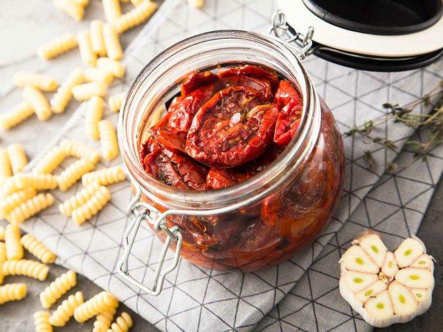 sundried-tomatoes-in-jar,-pasta-spirals,-garlic.jpg