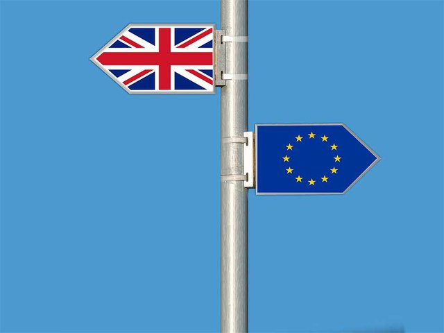 brexit-two-flags-in-blue-shy.jpg