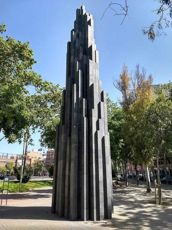 Tall-Irregular-Progression,-sculpture-by-Sol-Watt.jpg
