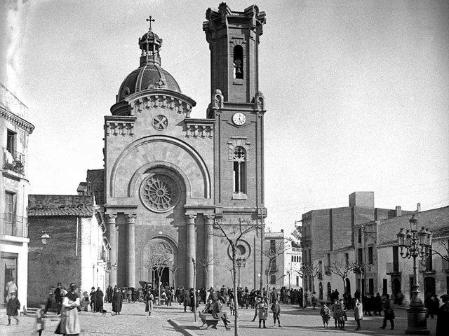 Plaça-Orfila---LA-PLAÇA-D'ORFILA-AMB-L'ESGLÈSIA-PARROQUIAL-DE-SANT-ANDREU-DE-PALOMAR,-EL-1918.jpg