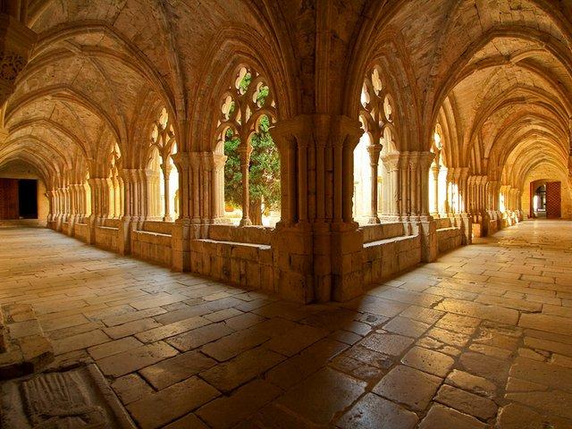 Monestir-de-Santa-Maria-de-Poblet-Photo-by-Josep-Puighermanal-Flickr-02.jpg