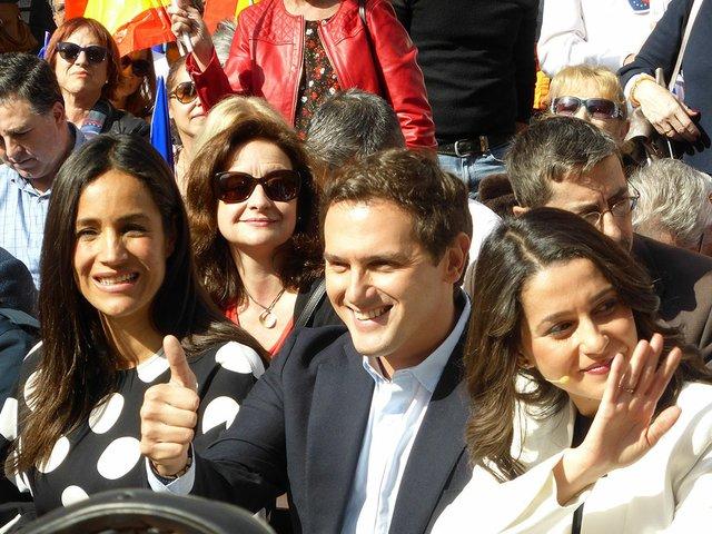 Begoña-Villacís,-Albert-Rivera,-Inés_Arrimadas,_en_la_Plaza_de_la_Villa,_en_Madrid,_España-photo-by-CARLOS-TEIXIDOR-CADENAS-wikimedia.jpg