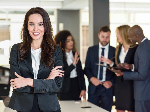 empresaria-lider-em-escritorio-moderno-com-empresarios-trabalhando.jpg