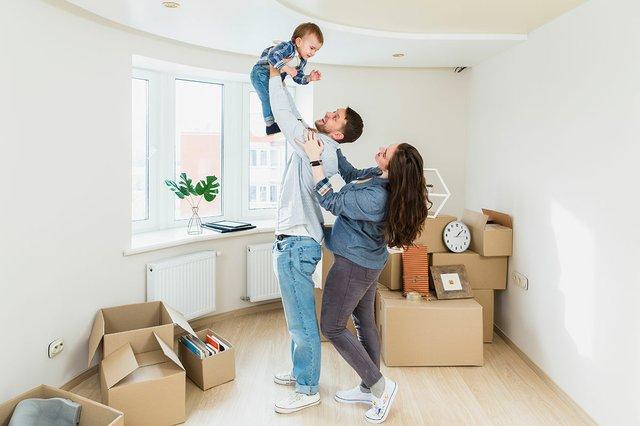 portrait-jeune-couple-bebe-demenagement-carton-nouveau-maison.jpg