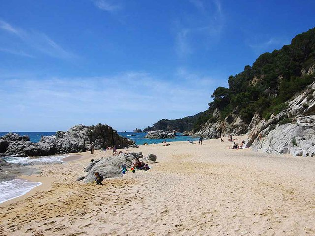 Cala-la-Boadella,-Lloret-de-Mar-Photo-by-Crispica-(CC-BY-SA-3.0).jpg