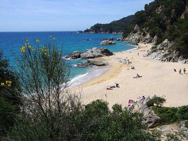 Cala-la-Boadella,-Lloret-de-Mar-Photo-by-Crispica-(CC-BY-SA-3.0)-2.jpg