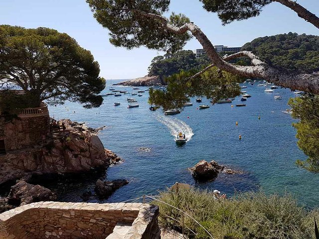 Cala-d'Aiguablava-Begur-photo-by-Myriam-Thyes-(CC-BY-SA-4.0).jpg