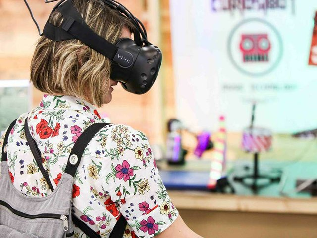 Experiencing-virtual-reality.jpg