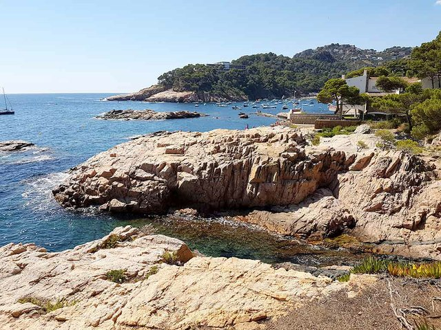 Cala-d'Aiguablava-Begur-photo-by-Myriam-Thyes-(CC-BY-SA-4.0)-3.jpg