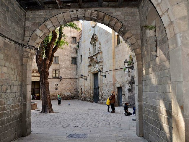 Esglèsia_Sant_Felip_Neri,_Barcelona_-_photo-by-MARIA-ROSA-FERRE-(CC-BY-SA-2.0).jpg