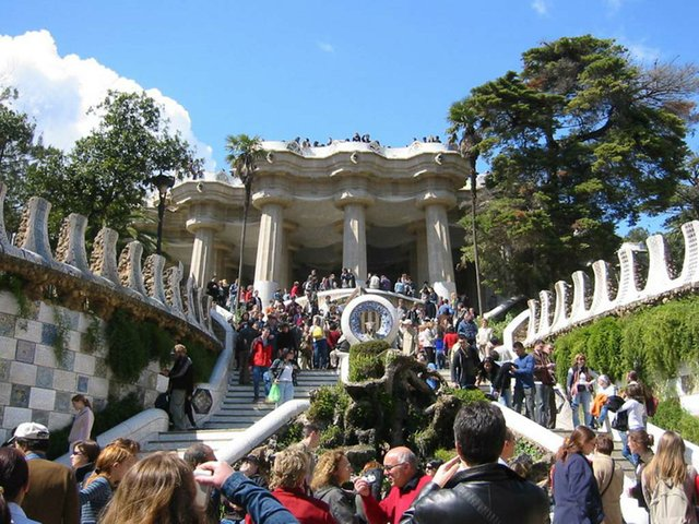 Parc_Guell_with-tourists-photo-by-Rapomon-(CC-BY-SA-3.0).jpg