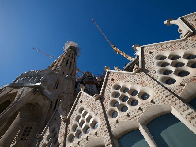 Sagrada-Familia-photo-by-Iwao-Kobayashi-(CC-BY-SA-2.0).jpg