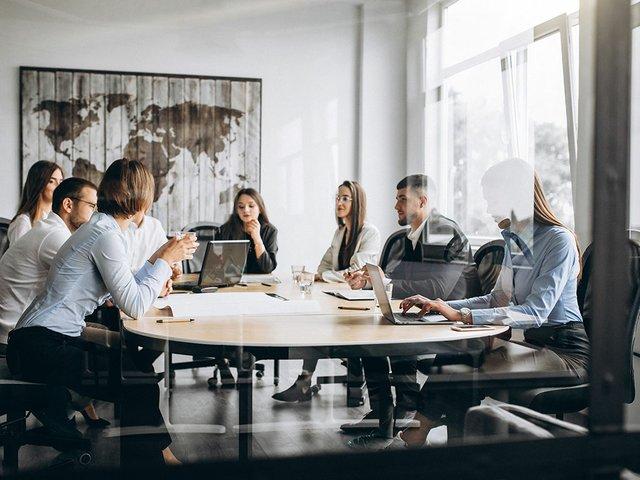 grupo-personas-trabajando-plan-negocios-oficina.jpg