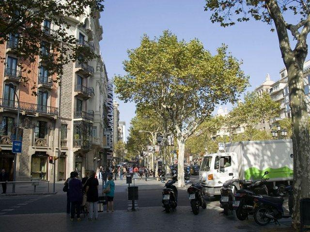 Barcelona-Passeig-de-Gràcia-photo-by-Txllxt-TxllxT-(CC-BY-SA-4.0)-01.jpg