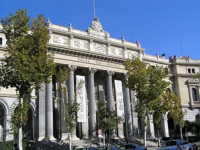 Palacio_de_la_Bolsa_de_Madrid_(6_de_diciembre_de_2005,_Madrid)_photo-by-Discasto-CC-BY-SA-4.0).jpg