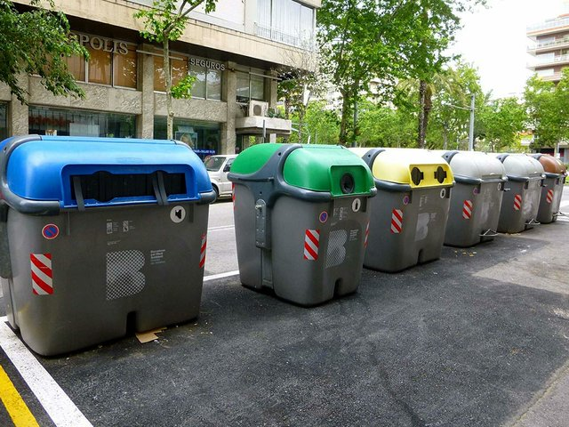 Barcelona_-_reciclaje_de_residuos_urbanos_04-photo-by-Zarateman-[CC0].jpg
