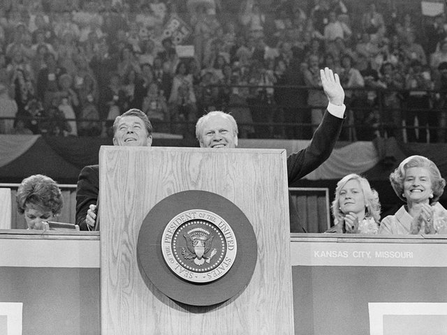 President_Gerald_Ford_and_Ronald_Reagan_stand_at_the_podium_at_the_Republican_National_Convention,_Kansas_City,_Missouri-photo-by-John-T-Bledsoe.jpg