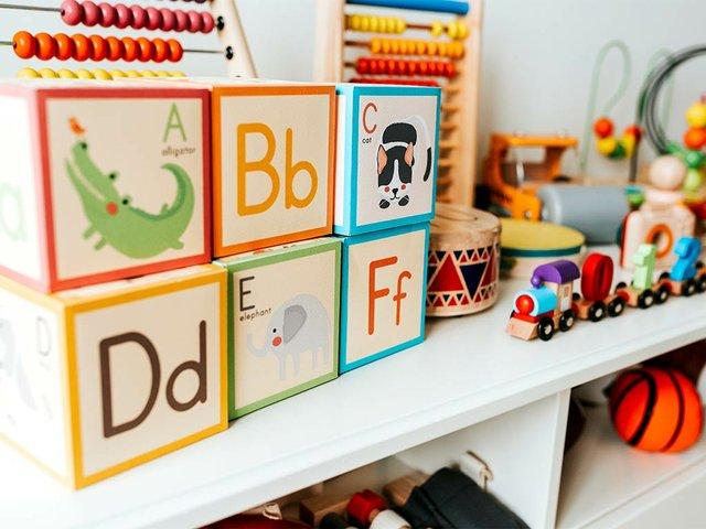 set-kid-toys-white-shelf.jpg