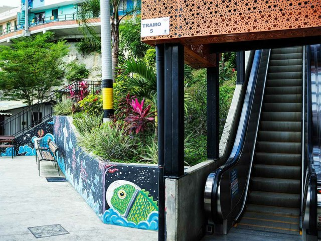 Outdoor-escalators-in-San-Javier,-Medellin,-photo-by-Nigel-Burgher-(CC-BY-2.0)-03.jpg