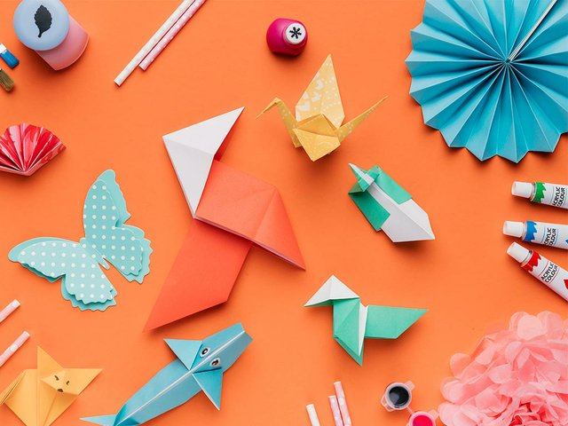 conjunto-arte-papel-origami-cepillo-pintura-acuarela-paja-sobre-fondo-naranja.jpg