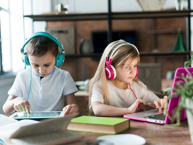 dwoje-dzieci-z-laptopem-i-tabletem.jpg