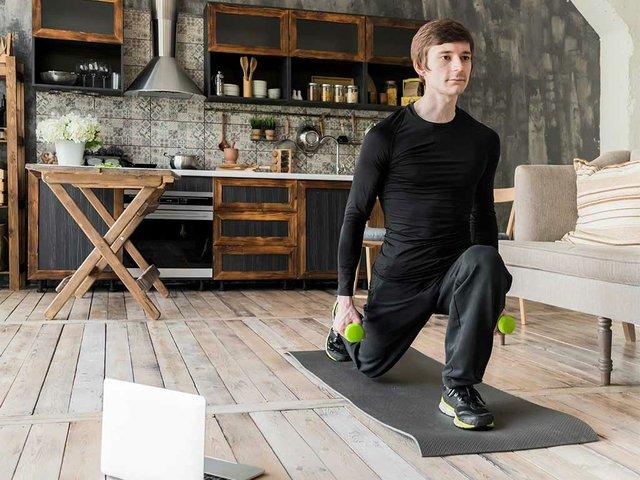 homem-focado-fazendo-exercicios-com-halteres.jpg