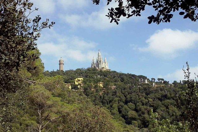El_Tibidabo_visto_desde_el_Parque_de_Collserola-photo-by-Iriartejaialai-(CC-BY-SA-4.jpg