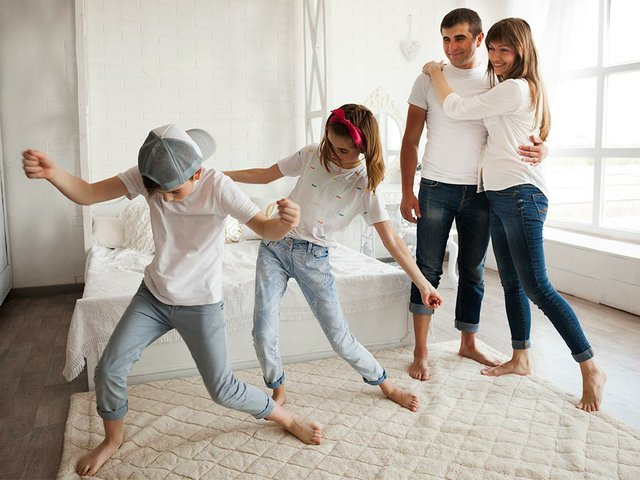 pareja-amorosa-mirando-baile-sus-hijos-casa.jpg