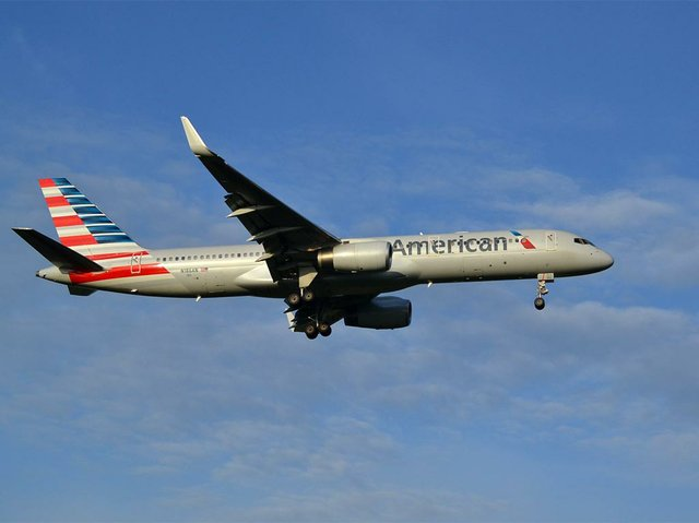 Boeing_757_of_American_Airlines,on_the_inaugural_flight_from_New_York-JFK-photo-by-Alec-Wilson-(CC-BY-SA-2.jpg