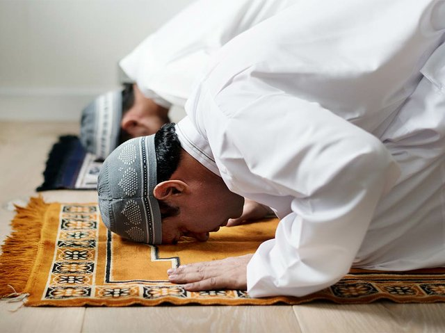 muslim-men-praying-during-ramadan.jpg