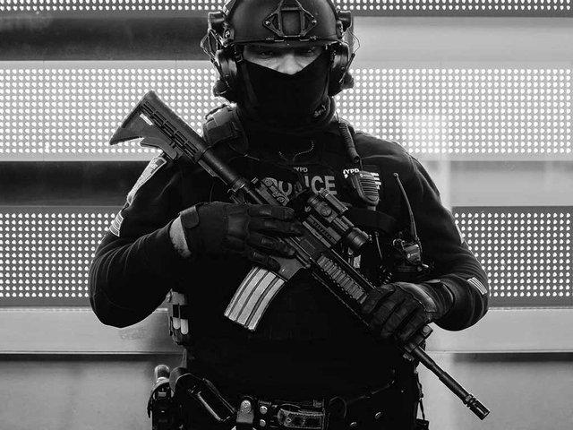 police-officer-with-machine-gun.jpg