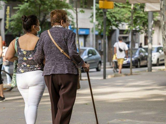 una-dona-jove-acompanya-durant-el-passeig-photo-by-Clara-Soler-(CC-BY-NC-ND-4.0).jpg
