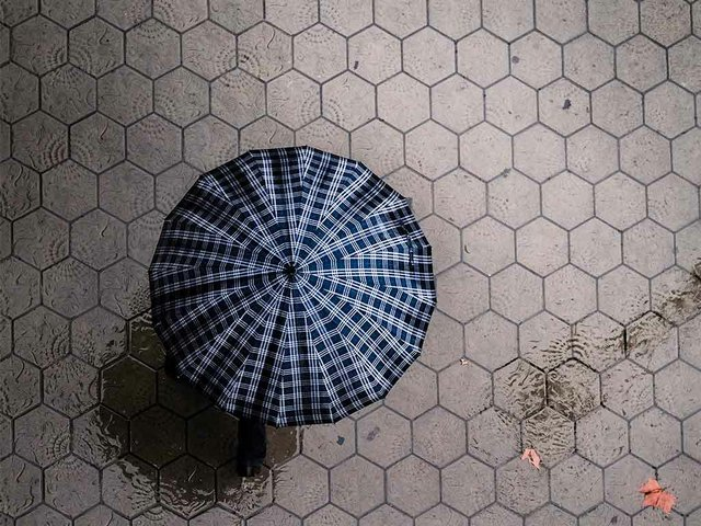 Barcelona-sidewalk-in-the-rain-from-above-02.jpg