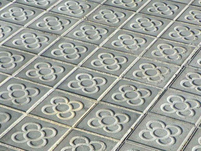 Barcelona-sidewalk-tiles-Jordi-Domènech-i-Arnau-(CC-BY-SA-2.0)-.jpg