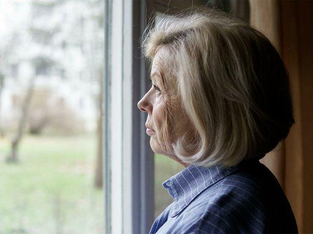 triste-anciana-mirando-ventana.jpg