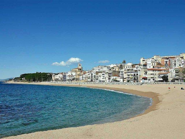 Playa-de-Sant-Pol-de-Mar-photo-by-Alberto-G-Rovi-(CC-BY-SA-4.0).jpg