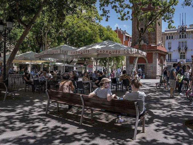 gent-asseguda-als-bancs-i-terrasses-de-la-plaça-de-la-Vila-de-Gràcia--photo-by-Laura-Guerrero-(CC-BY-NC-ND-4.0).jpg