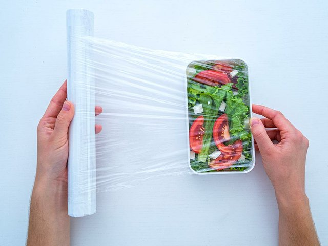 using-food-polyethylene-plastic-film-food-storage-fridge-home.jpg