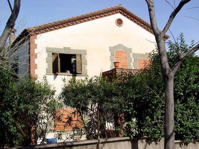 Casa_Okupa_a_Cerdanyola_del_Vallès_photo-by-Kippelboy(CC-BY-3.0).jpg