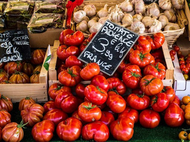 tomatoes-in-market-france.jpg