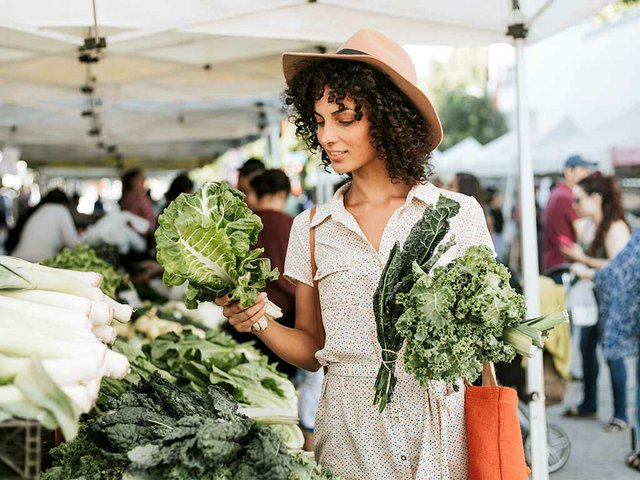 woman-buying-kale-farmers-market(2).jpg